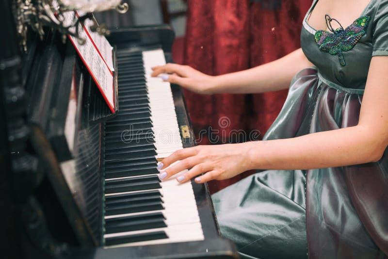 Schöne junge Frau in einem Kleid im Retrostilporträt Vogue-Kleidung in der Weinlese lizenzfreies stockbild
