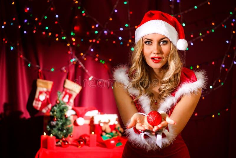 Schöne junge Frau in einem Weihnachten kleidet lizenzfreies stockbild