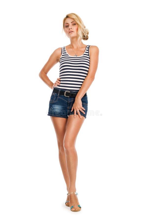 Schöne junge Frau in einer gestreiften Weste und in den kurzen Hosen lizenzfreie stockbilder