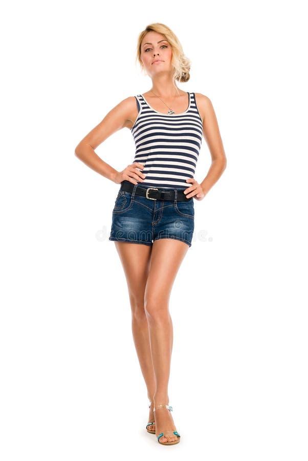 Schöne junge Frau in einer gestreiften Weste und in den kurzen Hosen lizenzfreies stockfoto