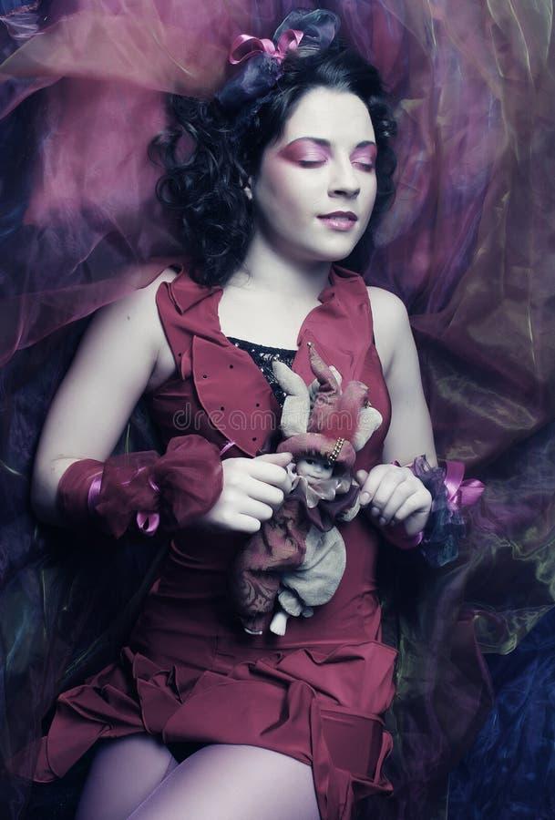 Schöne junge Frau gelegt auf Organza. lizenzfreies stockfoto
