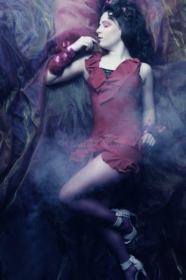 Schöne junge Frau gelegt auf Organza. stockfotos