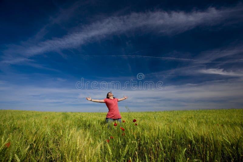 Schöne junge Frau glücklich in der Natur stockbilder