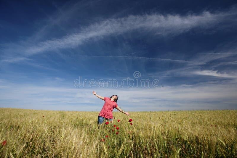 Schöne junge Frau glücklich in der Natur lizenzfreie stockbilder