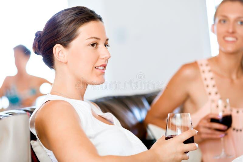 Schöne junge Frau halten Glas mit Rotwein stockfoto