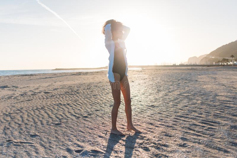 Schöne junge Frau im Badeanzug auf Strand stockfotografie