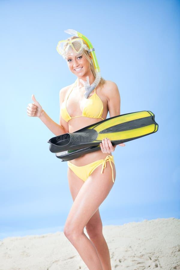 Schöne junge Frau im Bikini mit Snorkel stockbilder