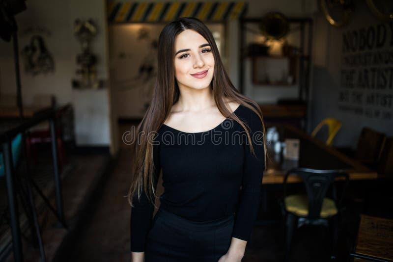 Schöne junge Frau im Caféshop stockfoto