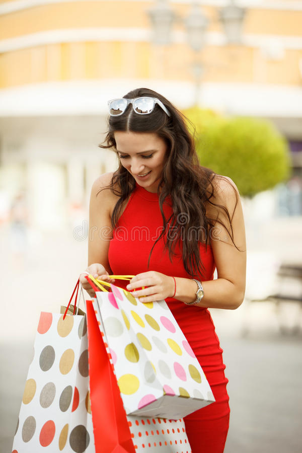 Schöne junge Frau im Einkaufen stockfotografie