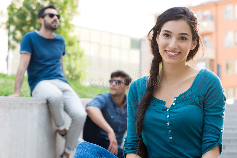 Schöne junge Frau im Freien lizenzfreies stockfoto