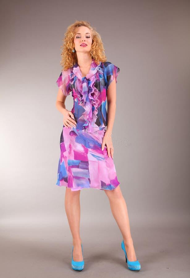 Schöne junge Frau im hellen Kleid lizenzfreie stockfotos