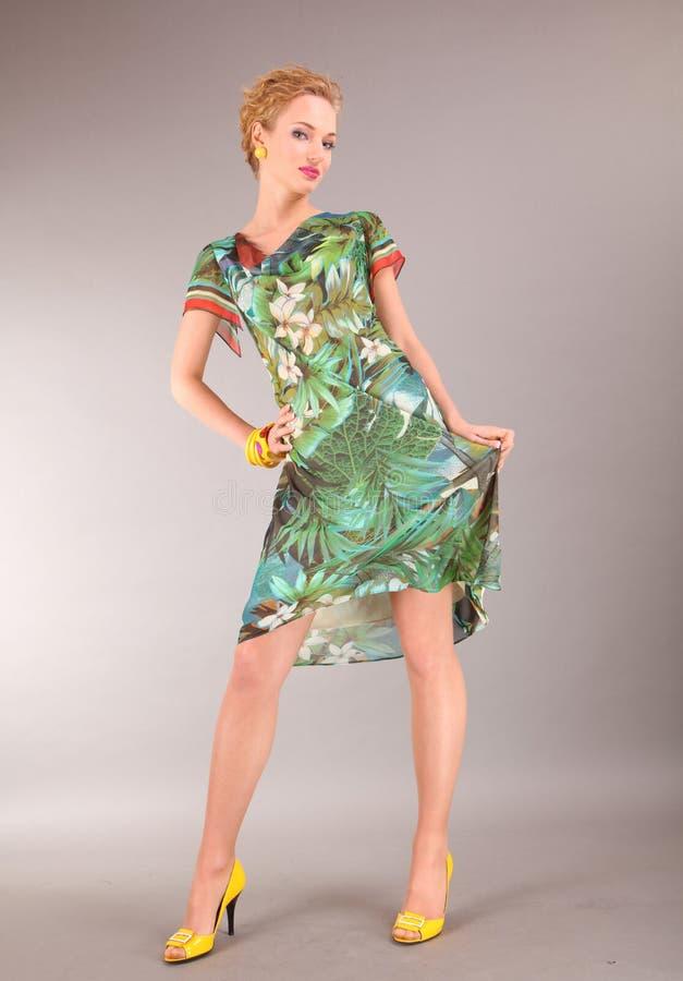 Schöne junge Frau im hellen Kleid stockfotos