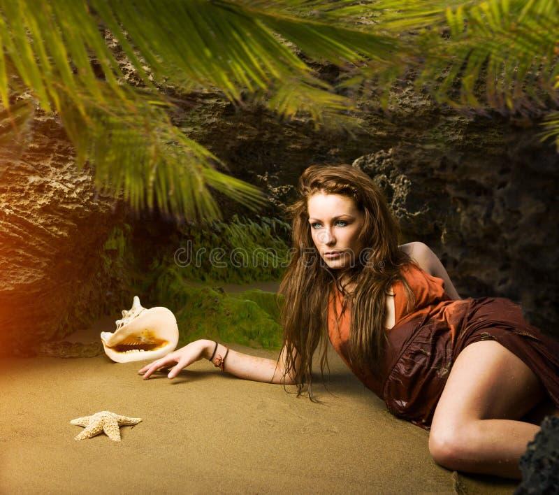 Schöne junge Frau im hellen Sommerkleid lizenzfreies stockbild