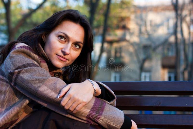 Schöne junge Frau im Herbst stockfotografie