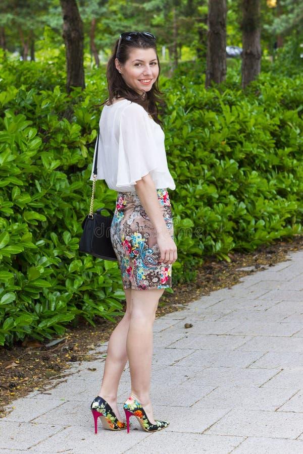 Schöne junge Frau im Kleid stockbild