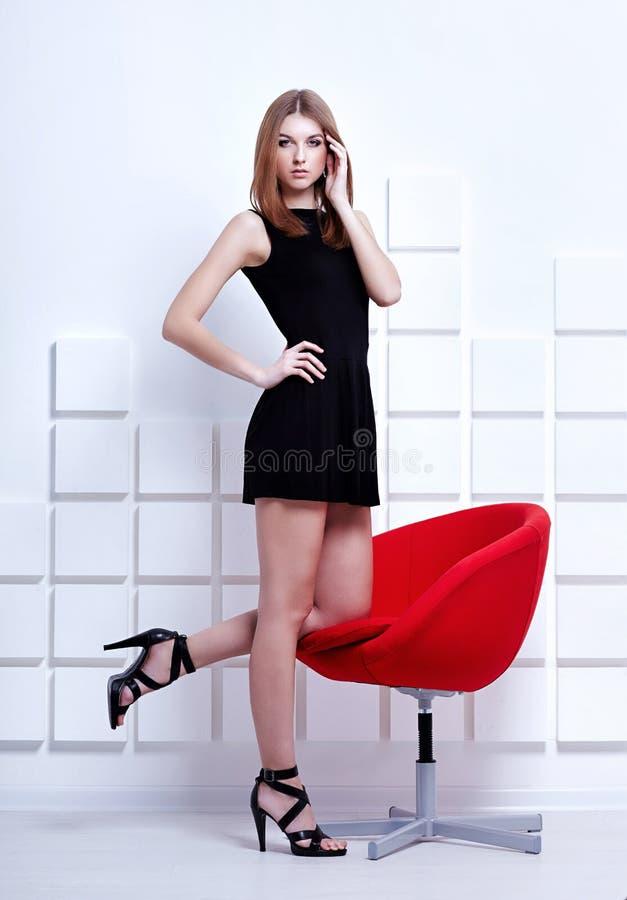 Welche schuhe zum schwarzen kurzen kleid