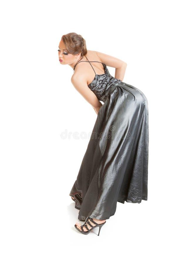 Schöne junge Frau im langen Kleid lizenzfreie stockfotografie
