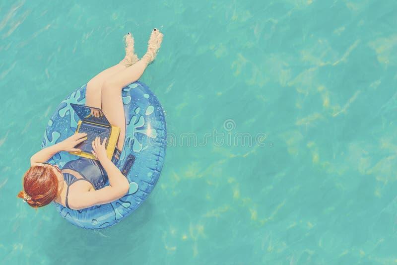 Schöne junge Frau im Meer lizenzfreies stockbild