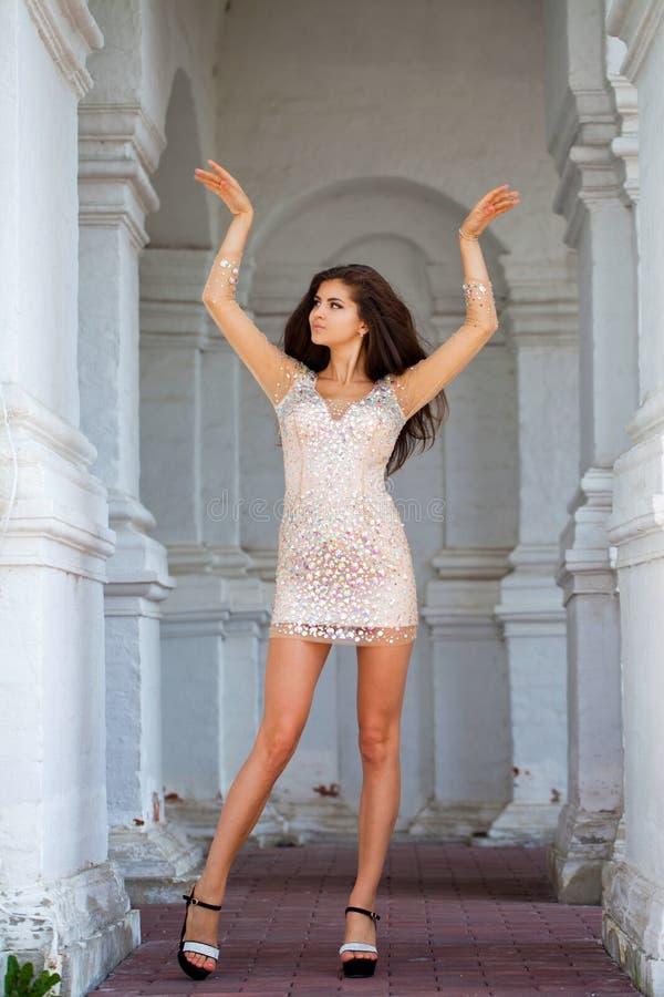 Schöne junge Frau im reizvollen Kleid lizenzfreies stockbild