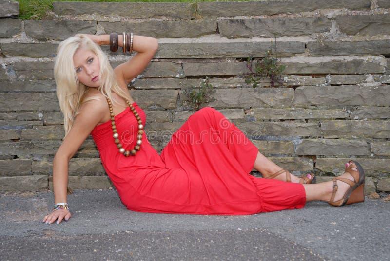 Schöne junge Frau im roten Kleid lizenzfreies stockbild
