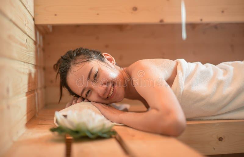 Schöne junge Frau im Sauna Asiatsmädchen lizenzfreie stockfotografie