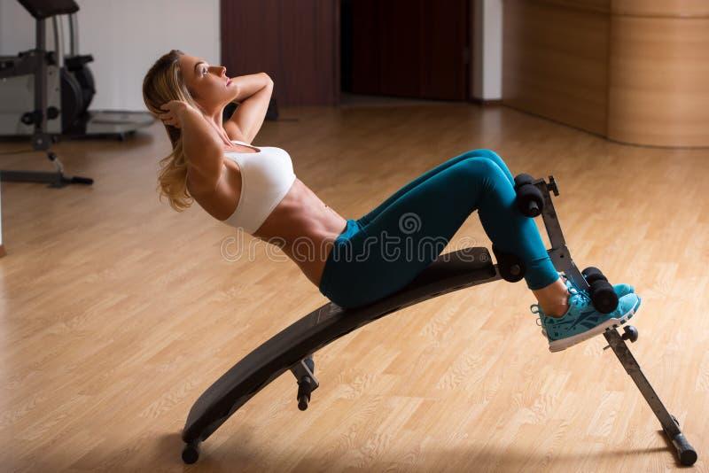 Schöne junge Frau im Sportkleidungstraining lizenzfreies stockfoto