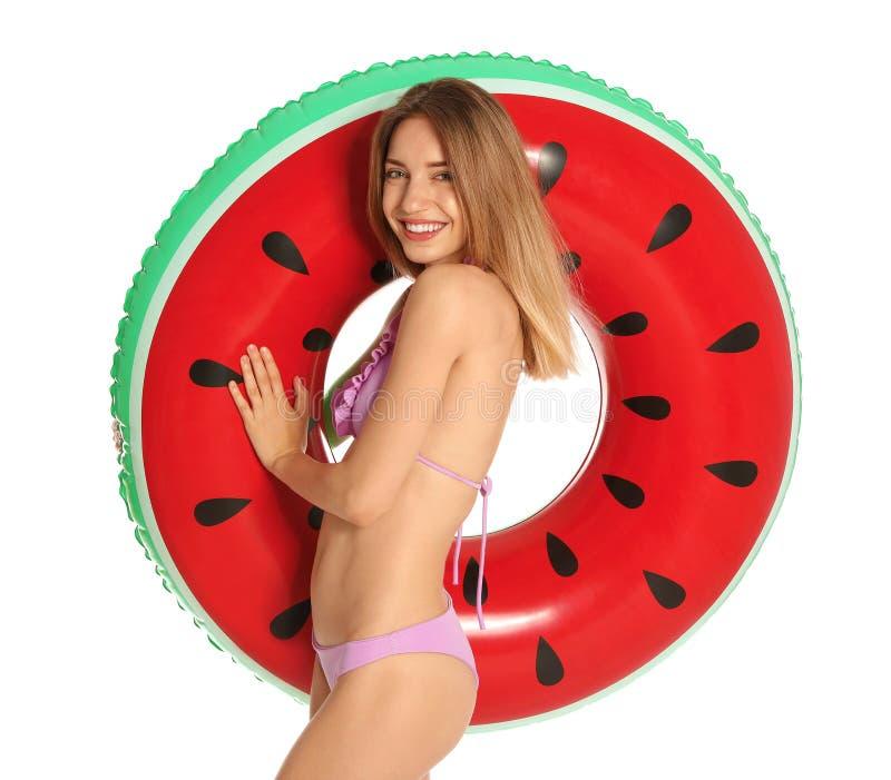 Schöne junge Frau im stilvollen Bikini mit aufblasbarem Ring der Wassermelone auf Weiß stockbilder