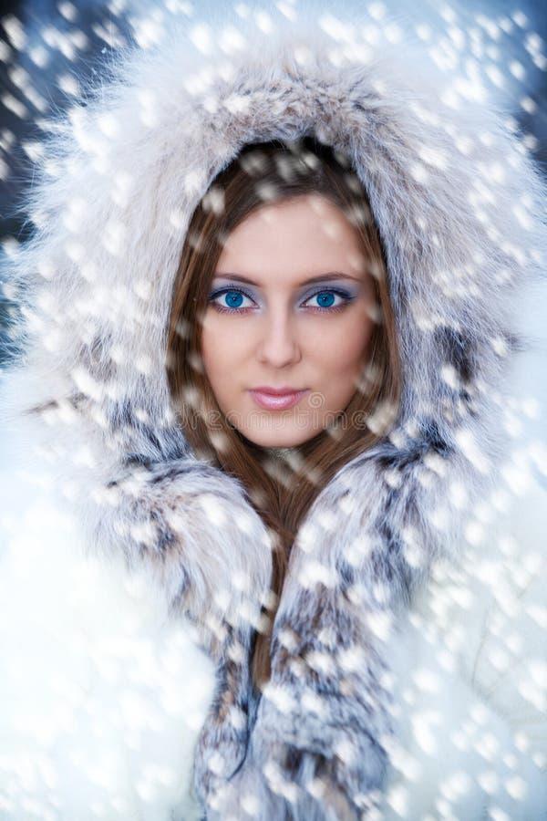 Schöne junge Frau im Winterpelzmantel lizenzfreie stockfotos
