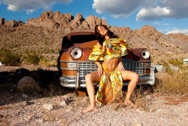 Schöne junge Frau mit altem Auto stockfotos