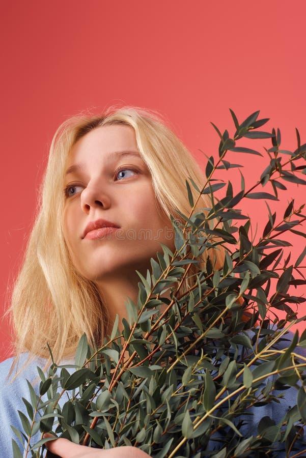 schöne junge Frau mit Bündel Eukalyptusniederlassungen stockfotos