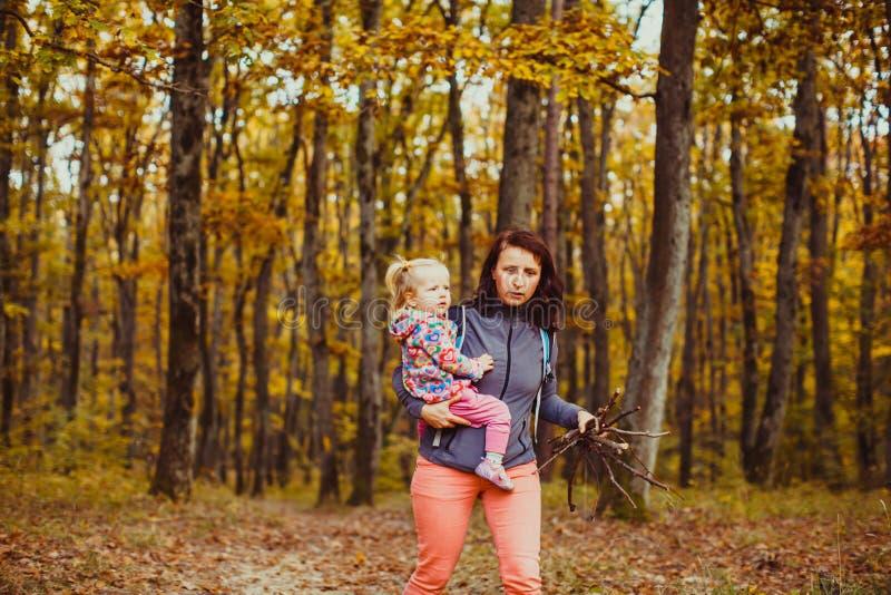 Schöne junge Frau mit Baby im Wald stockfotos