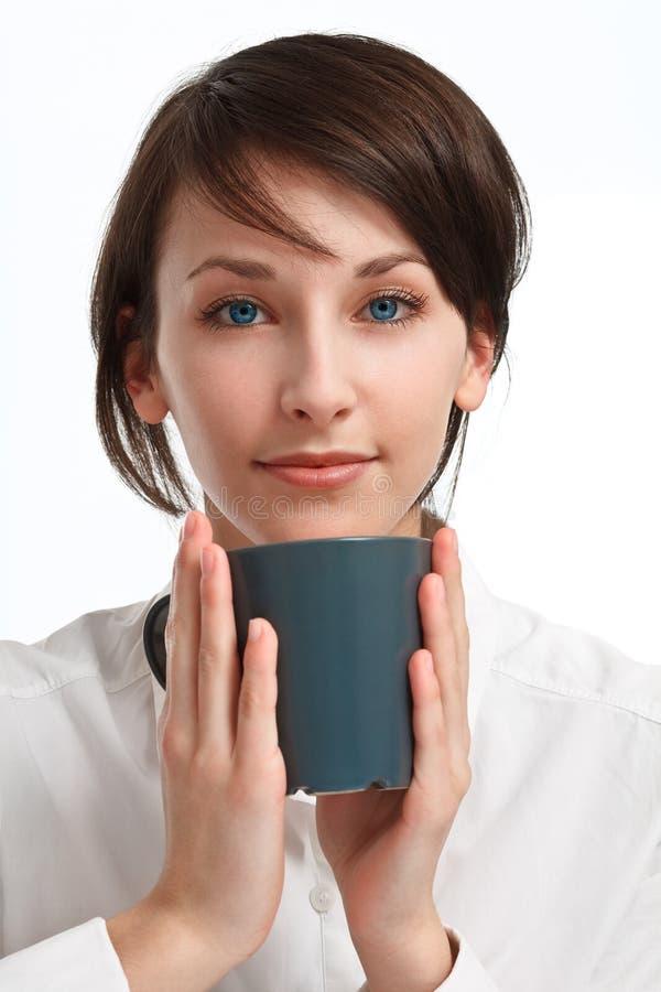 Schöne junge Frau mit Becher in den Händen stockbilder
