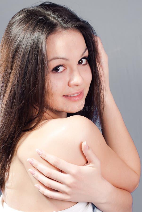 Schöne junge Frau mit blanker Schulter lizenzfreies stockbild