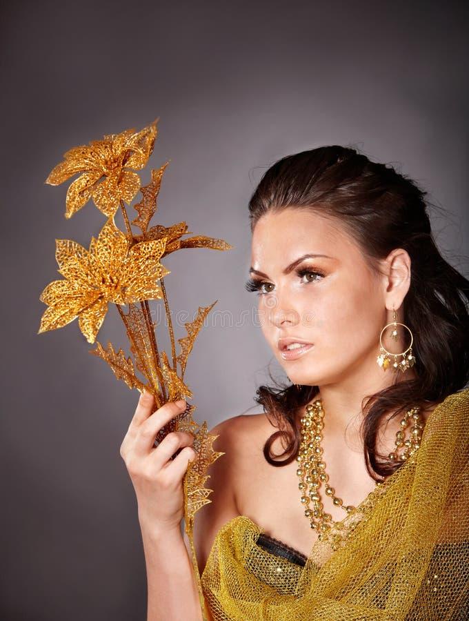 Schöne junge Frau mit Blume. lizenzfreies stockfoto