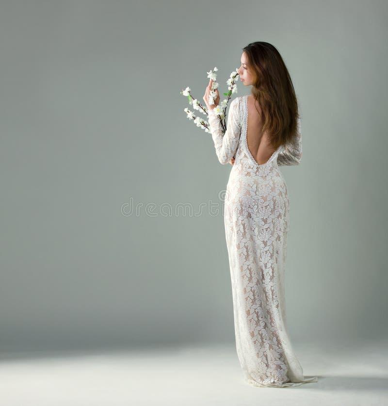 Schöne junge Frau mit Blumen stockfotografie