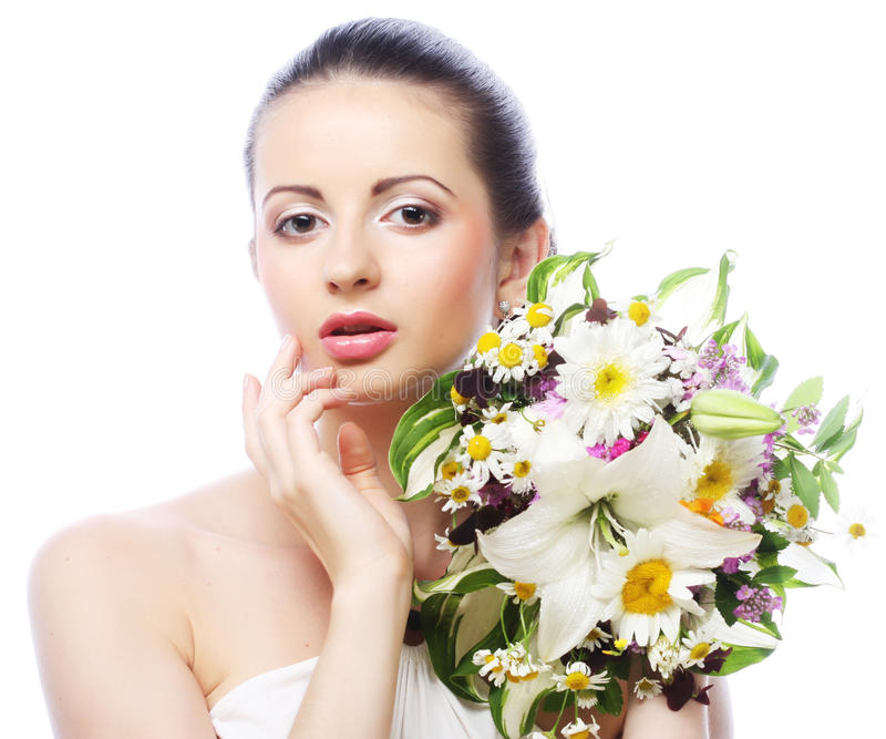 Schöne junge Frau mit Blumenstraußblumen stockfoto