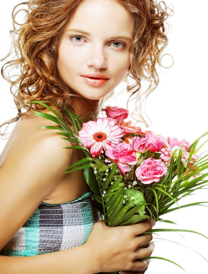 Schöne junge Frau mit Blumenstraußblumen stockbild
