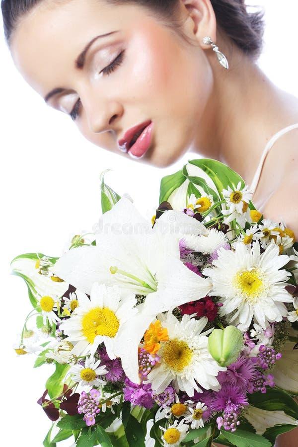 Schöne junge Frau mit Blumenstraußblumen stockfotos