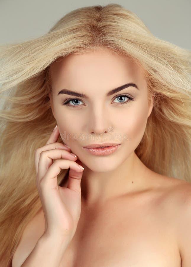 Schöne junge Frau mit dem blonden Haar und glühender Haut stockfotografie