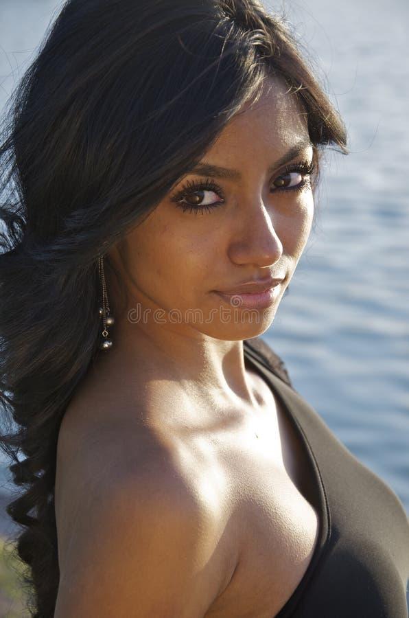 Schöne junge Frau mit dem Brunettehaar stockbild