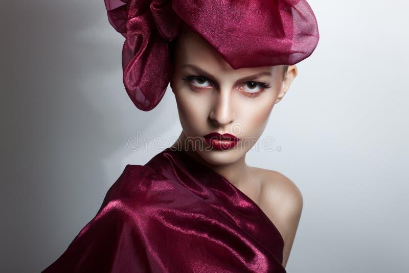 Schöne junge Frau mit dem Flugwesenhaar Rotes Haarfliegen im Wind stockfotos