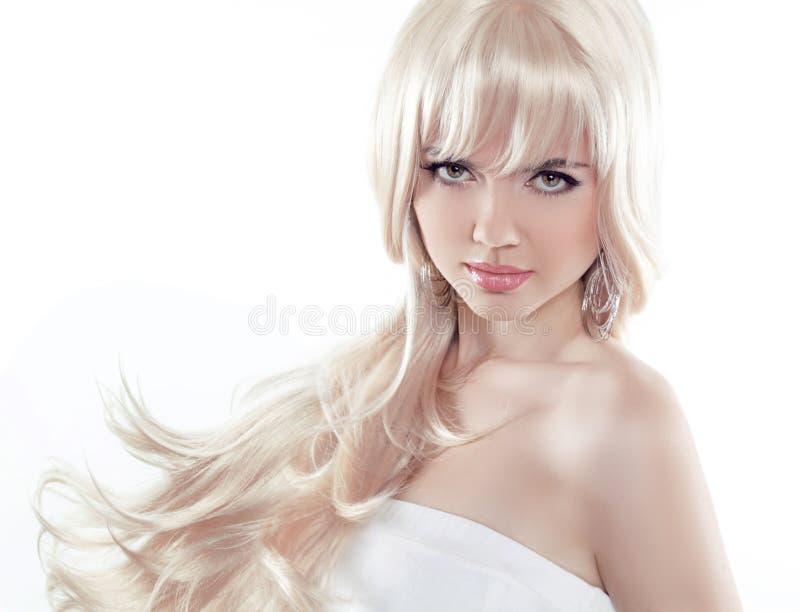 Schöne junge Frau mit dem langen blonden Haar Hübsches Modell wirft a auf stockbild