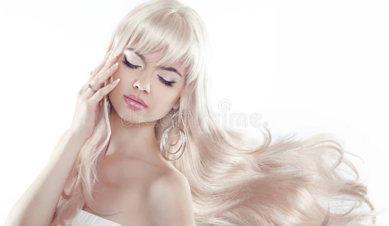 Schöne junge Frau mit dem langen blonden Haar Hübsches Modell wirft a auf stockfotografie