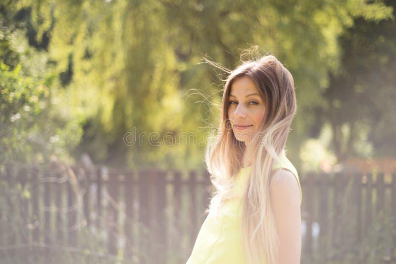 Schöne junge Frau mit dem langen blonden Haar Sonniger Sommer lizenzfreies stockbild