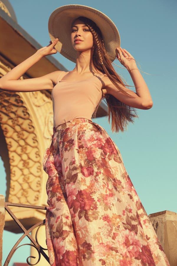 Schöne Junge Frau Mit Dem Langen Dunklen Haar Trägt Elegantes Kleid ...