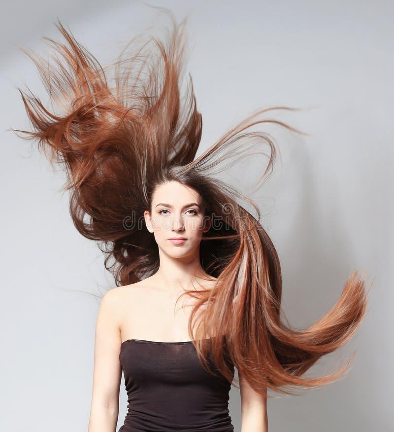 Schöne junge Frau mit dem langen geraden Haar stockbild