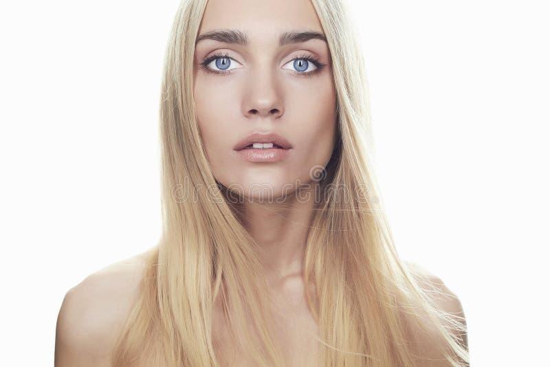 Schöne junge Frau mit dem langen Haar auf weißem Hintergrund Blondes Mädchen stockfotografie