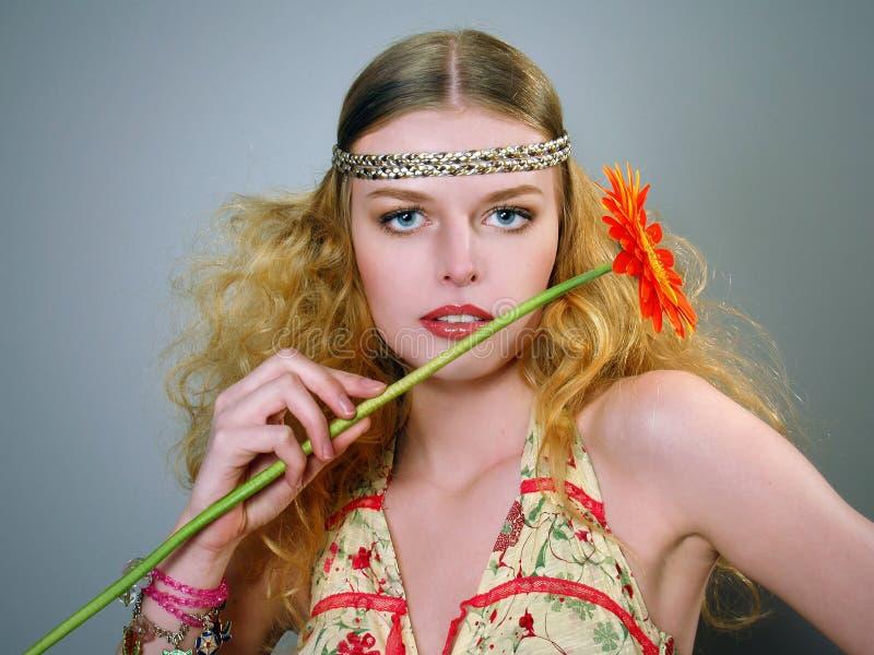 Schöne junge Frau mit dem lockigen Haar stockfoto