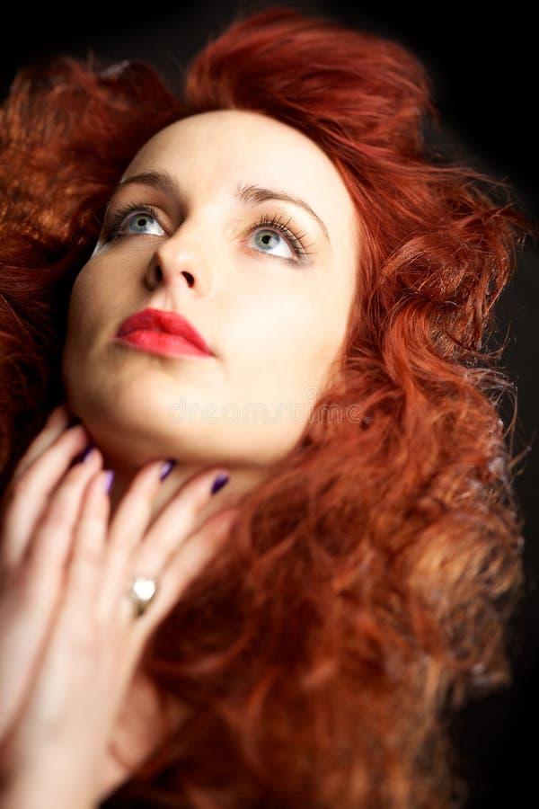 Schöne junge Frau mit dem roten Haar stockfoto