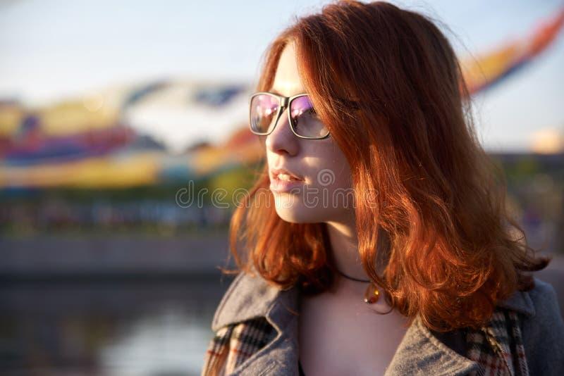 Schöne junge Frau mit dem roten Haar im Park tageslicht Porträt eines lächelnden rothaarigen Mädchens in einem Park in den letzte lizenzfreie stockbilder